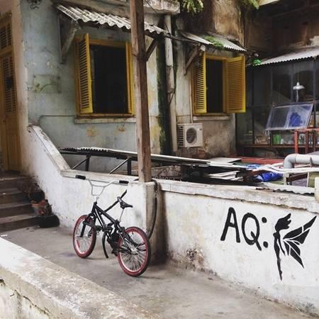 Những khu chung cư cũ vẫn đứng đó, lặng lẽ ngắm biết bao thế hệ người Sài Gòn đến rồi vội vã đi... (Nguồn IG @sooreegi)