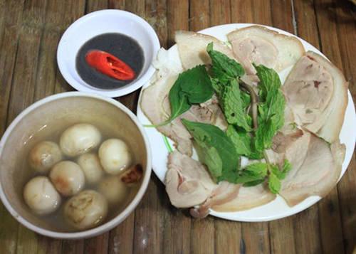 Thịt luộc cà pháo mắm tôm Đây là món ăn dân dã trong bữa cơm hàng ngày. Nhiều người khi đến Sài Gòn, rất muốn tìm lại hương vị bình dị ấy. Có nhiều quán bán món này kèm trong bữa cơm trưa, với thịt ba chỉ luộc xắt mỏng, mắm tôm là dạng đặc sệt chứ không pha loãng cùng dầu ăn như ăn bún đậu.  Thịt luộc mắm tôm được bán ở một số quán cơm Bắc trên đường Nguyễn Công Trứ, Võ Văn Tần, Nguyễn Đình Chiểu, Ngô Văn Năm... với giá 30.000-70.000 đồng một phần. Ảnh: Khánh Hòa