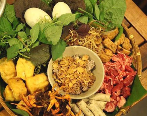 Lẩu riêu cua đồng Lẩu riêu là một biến thể từ món bún riêu cua của người Hà Nội. Món lẩu có hai thành phần chính là nước dùng nấu từ cua đồng và bắp bò tái, ngoài ra còn có thêm các nguyên liệu khác như: cà chua, giò, sườn sụn cùng rau muống, mồng tơi... Tất cả nguyên liệu được pha trộn một cách khéo léo, giúp món ăn vừa đẹp mắt, vừa ngon miệng. Hương vị lẩu riêu chính gốc Hà Nội sẽ không có vị ngọt như các món lẩu ở Sài Gòn, mà chua cay dìu dịu. Bạn có thể ăn lẩu riêu cua bắp bò ở đường Lam Sơn (quận Tân Bình), đường Cù Lao (quận Phú Nhuận), Trương Định, Võ Văn Tần (quận 3)... với giá 180.000-250.000 đồng cho 4 người ăn. Ảnh: Má Lúm