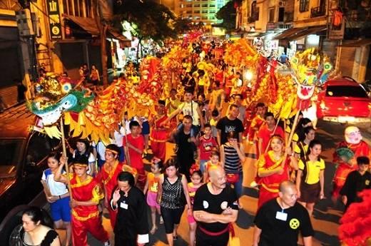Lễ hội rước đèn đầy sắc màu và tràn ngập niềm vui ở Việt Nam.