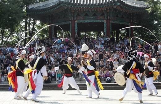 Tại Hàn Quốc, vào buổi sáng ngày lễ Chuseok, các món ăn được chuẩn bị từ nguyên liệu tươi thu thập trong vụ mùa với cách bày biện đẹp mắt để làm lễ Charye tạ ơn tổ tiên (lễ cúng gia tiên). Sau Charye, các gia đình đến viếng mộ tổ tiên và tham gia vào nghi thức nhổ cỏ mọc trên gò chôn cất. Qua hoàng hôn, mọi người thường đi dạo và ngắm vẻ đẹp của trăng tròn mùa thu hoạch hoặc chơi các trò chơi dân gian như Ganggangsullae (điệu nhảy vòng tròn của Hàn Quốc).