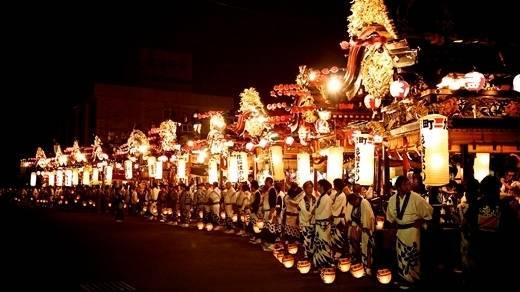 Lễ Obon của Nhật Bản - bắt nguồn từ phong tục của người theo Phật giáo, là dịp để cầu nguyện cho linh hồn của tổ tiên. Trong những ngày này, người Nhật dù đang ở xa cũng tề tựu đông đủ, thăm hỏi ông bà, cha mẹ và viếng mộ người thân. Lễ hội này đã có tại Nhật Bản hơn 500 năm và gắn liền với điệu múa truyền thống gọi là Bon-Odori.