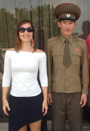 Lính Triều Tiên cũng nở nụ cười thân thiện và sẵn lòng trò chuyện cùng khách du lịch. Ảnh: Mar Pages.