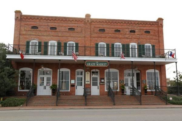 Nhà hát The Dixie Theatre xây dựng từ năm 1912, nơi diễn ra các hoạt động giải trí đa dạng ở Apalachicola - Ảnh: sweetsoutherndays