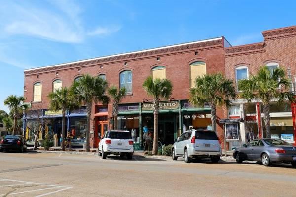 Các cửa hàng ở khu trung tâm thị trấn Apalachicola - Ảnh: sweetsoutherndays