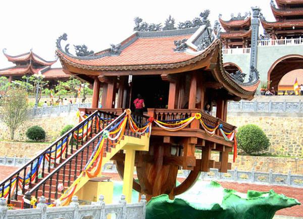 Biểu tượng chùa Một Cột tọa trên lá sen trong quần thể chùa - Ảnh: N.T.Lượng