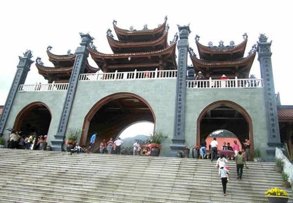 Cổng tam quan nội - nơi du khách chính thức bước vào không gian chùa - Ảnh: N.T.Lượng