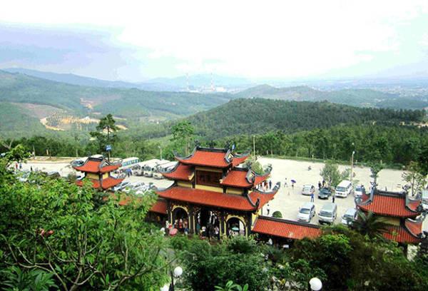 Không gian cổng chùa Ba Vàng nhìn từ lưng chừng núi - Ảnh: N.T.Lượng