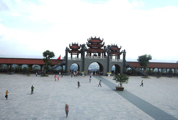 Không gian khoáng đạt trước sân chùa - Ảnh: N.T.Lượng