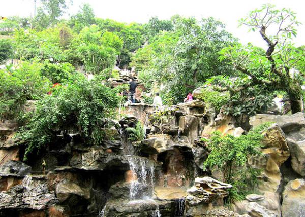 Đá, suối và cây cỏ ở chùa Ba Vàng - Ảnh: N.T.Lượng