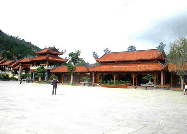 Những mái chùa nối nhau liên tiếp trong không gian chùa - Ảnh: N.T.Lượng