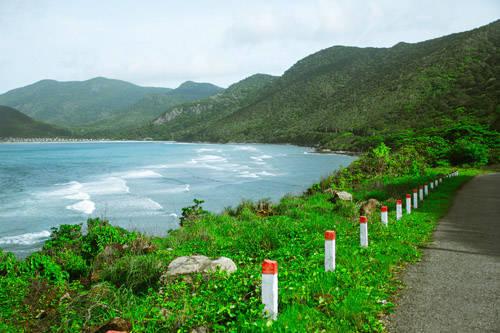 Bãi tắm được nhiều du khách đánh giá là khá hoang sơ, phong cảnh đẹp với làn nước biển trong xanh, những bờ cát trắng mịn trải dài ngay dưới chân vách đá. Ảnh: Trần Minh Sướng.