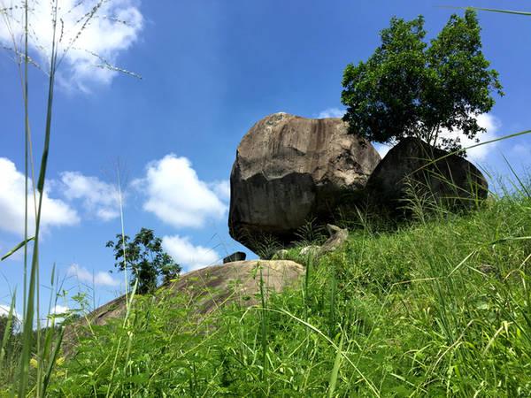 Độ cao của các hòn đá nằm chồng trung bình từ 36 đến 50 mét so với mặt đường, hòn đá dưới cùng lớn gấp hai hòn đá nằm trên, hòn trên cùng nằm chia ra phần nửa ngoài bên dưới chừng như muốn đổ xuống bất kỳ lúc nào. Hình thù kỳ lạ này đã làm ngạc nhiên biết bao khách tham quan dừng chân lại khu thắng cảnh.