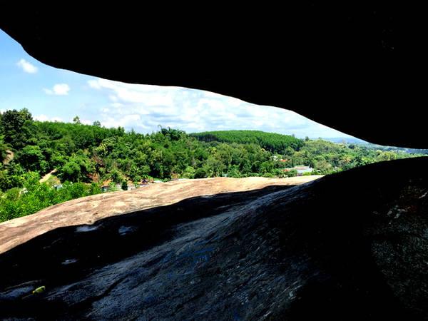 Điểm nhấn của quần thể Đá Ba Chồng là cụm núi hòn Dĩa có hình dạng rất độc đáo như chiếc đĩa. Cụm núi này với hình thù của hình chữ nhật không đều, một đầu to, một đầu nhỏ nhưng nằm trên một tảng đá nhỏ hơn rất nhiều, với độ cao hơn 43 mét so với mặt đất. Cụm núi có nhiều đá tảng công kênh vào nhau, lại thêm cây cối mọc um tùm tạo nên những hang động đầy vẻ huyền bí, tựa như cây và đá tìm mọi cách để vươn lên tìm hơi thở sinh tồn.