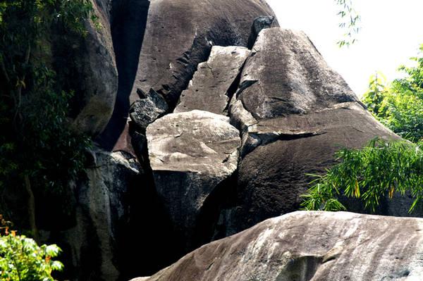 Dân địa phương an lòng sinh sống, song Đá Ba Chồng vẫn không khỏi làm du khách lo sợ bởi sự gắn kết của những khối đá khá chông chênh hờ hững. Tại một số hòn, tình trạng nứt vỡ khiến nhiều du khách e ngại khi đi qua, tuy nhiên theo những du khách thích mạo hiểm thì đây lại chính là nét thú vị của thắng cảnh này.