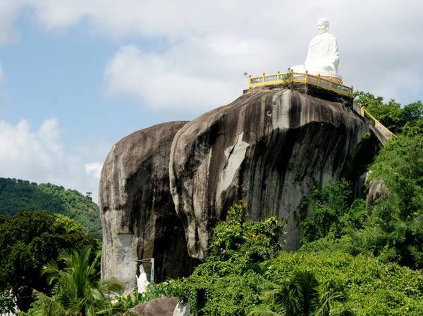 Ngoài các hòn đá chồng lên nhau và hòn đá dĩa khổng lồ, thắng cảnh Đá Ba Chồng còn thu hút khách du lịch bởi núi Đá Voi. Nhìn từ xa, hai hòn đá khổng lồ có hình dạnh như hai chú voi đi cạnh nhau. Do núi hướng ra biển, chính quyền địa phương đã đồng ý cho xây tượng Phật khổng lồ để người dân có thể đến viếng. Đứng tại sảnh tượng Phật, du khách có thể đưa mắt nhìn sang tận Bình Thuận.