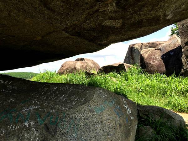 Quần thể Đá Ba Chồng Định Quán còn là nơi lưu lại những dấu tích của cuộc sống người tiền sử. Tại đây, dưới các mái đá, ven các khe suối và cả các sườn dốc ven thung lũng đã phát hiện nhiều công cụ sản xuất, sinh hoạt của người xưa bằng đá, đồng, đất nung.