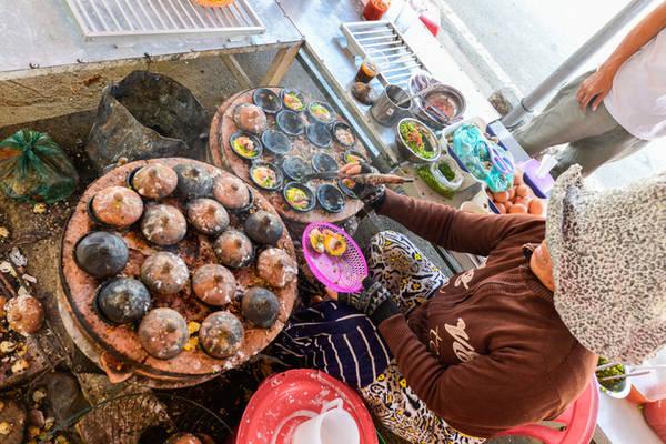 Description:   Tranh thủ những ngày có đoàn khách đến, nhiều người dân địa phương dùng tàu đưa bếp núc ra chế biến các món đặc sản của Cam Ranh. Khách cần, cũng có thể thuê lò bếp nấu nướng các món hải sản đánh bắt được.
