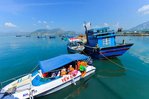 Description: Từ Cam Ranh (Khánh Hòa), du khách có để đến hoang đảo Robinson bằng cách xuất phát từ bãi Đá Bạc để đi tàu mất một giờ đồng hồ, hoặc xuất phát từ bãi Cam Lập, đi bằng tàu mất khoảng 15 phút. Một cách đi khác, dân phượt có thể đi bằng đường bộ để đến đảo nhưng phải mất khoảng 3 giờ.