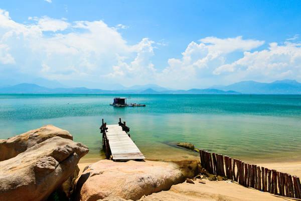 Description:  Chưa có người dân định cư, các cầu cảng chủ yếu được ngư dân và các chủ lều trại dựng lên đón các nhóm du khách thích phiêu lưu và đam mê khám phá những vùng biển lạ.