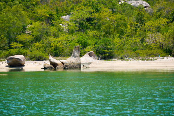 Description:  Điểm nổi bật của bán đảo Robinson chính là màu xanh của nước biển, màu trắng của cát. Chen vào đó là quần thể cây cối xanh um mọc kín những ngọn đồi.