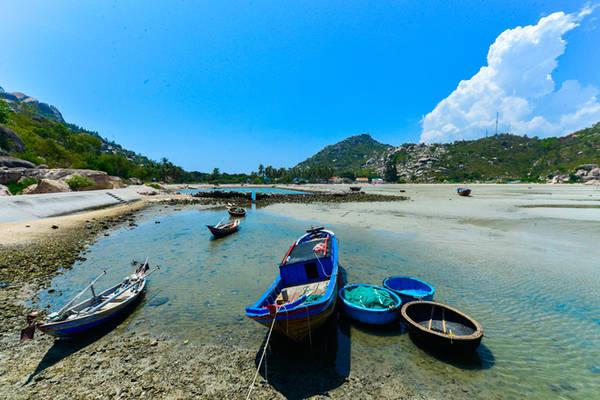 Description:    Bán đảo này có dịch vụ ca nô và tàu để đưa khách đến tham quan những đảo nhỏ xung quanh khu vực. Du khách cũng có thể vào vai ngư dân để tự tay đánh bắt các loại hải sản tươi ngon nhất.