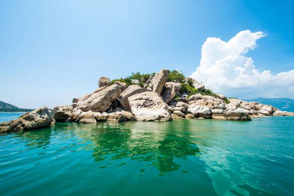 Description:   Nhiều bãi đá nhô lên giữa sóng nước tạo nên một nét đẹp riêng cho mé biển ít người lui tới.