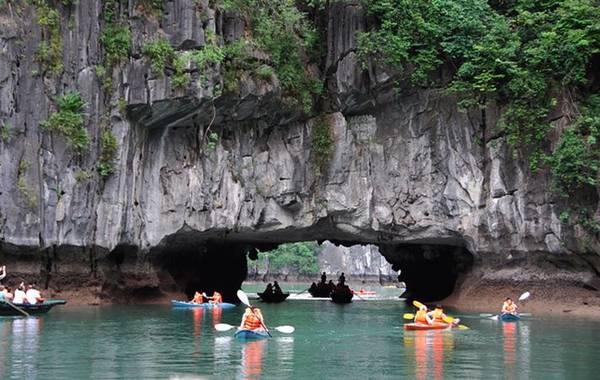 Cửa hang Luồn xuyên qua lòng dãy núi lớn trên đảo Bồ Hòn - Ảnh: Sưu tầm