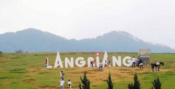 """Núi Langbiang: Nơi đây là thu hút rất nhiều du khách trong và ngoài nước đến dã ngoại. Núi Langbiang có 2 ngọn núi, người dân đặt tên 2 ngọn núi là """"Núi Ông và Núi Bà"""", cách trung tâm thành phố Đà Lạt 12 km, núi thuộc địa phận huyện Lạc Dương. Đỉnh Langbiang nằm ở độ cao 2.167 m so với mặt biển. Langbiang còn được ví như """"nóc nhà"""" của Đà Lạt, và là điểm tham quan du lịch hấp dẫn của thành phố Đà Lạt."""