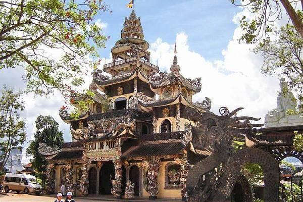 Chùa Linh Phước: Chùa Linh Phước là một trong những địa điểm mà khách du lịch thường nhắc đến, chùa rất linh thiêng thích hợp cho những ai đi chiêm bái và tham quan thắng cảnh. Chùa tọa lạc tại số 120 Tự Phước, thuộc địa bàn Trại Mát, cách trung tâm thành phố Đà Lạt 8 km, trên quốc lộ 20. Chùa là một công trình kiến trúc khảm sành đặc sắc của thành phố Đà Lạt.