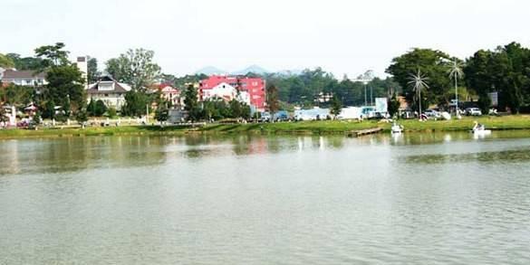 Hồ Xuân Hương: Hồ Xuân Hương là một hồ đẹp nằm giữa trung tâm thành phố Đà Lạt. Xung quanh hồ có rừng thông và các bãi cỏ, vườn hoa. Đây là địa điểm du khách ưa thích đi dạo bộ hoặc xe ngựa khi đến tham quan thành phố Đà Lạt.