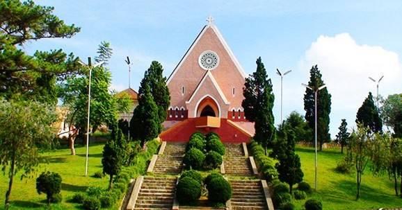 Nhà thờ Domaine de Marie: Nơi này thu hút rất nhiều khách tham quan, được nhiều công ty tổ chức tour Đà Lạt đưa vào lịch trình tham quan.