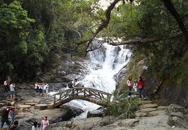 """Thác Datanla: Datanla là một ngọn thác lớn nằm trong khu du lịch Đatanla – cách thác Prenn 8 km và thành phố Đà Lạt 10 km và là điểm tham quan, phiêu lưu mạo hiểm. Đatanla hay Đatania do các từ K'Ho ghép lại: """"Đà-Tàm-N'ha"""" có nghĩa là """"nước dưới lá"""" - liên hệ đến cuộc chiến tranh Chăm- Lạch - Chil thế kỷ XV - XVII."""