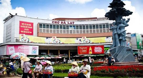 """Chợ Đà Lạt: Chợ Đà Lạt là một trung tâm thương mại của thành phố Đà Lạt tọa lạc trên trục đường chính là đường Nguyễn Thị Minh Khai và được xem là """"con tim của thành phố Đà Lạt"""". Không chỉ là một ngôi chợ với các hoạt động mua bán, chợ còn là điểm thu hút khách tham khi đến thành phố Đà Lạt."""
