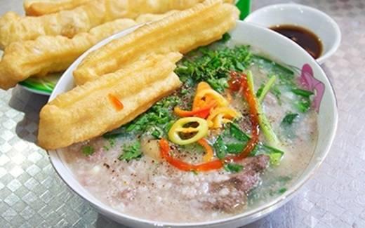 Cháo Tiều với công thức nấu nướng đặc biệt của người Tiều Châu, Trung Quốc sẽ mang đến cho bạn trải nghiệm đáng nhớ khi thưởng thức món cháo nóng có đủ vị ngọt của lòng heo xen lẫn vị cay nồng của tiêu. (Nguồn: Internet)