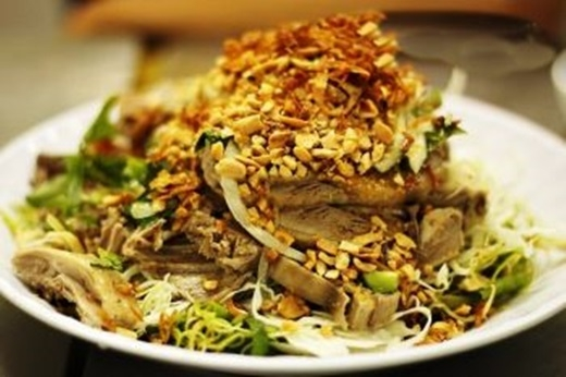 Từng miếng thịt vịt mềm mại được xé nhỏ nằm xen lẫn trong các loại rau, đậu phộng, tỏi phi. Bạn còn chờ gì mà không chấm ngay vào chén nước mắm pha mặn mặn ngọt ngọt? (Nguồn: Internet)