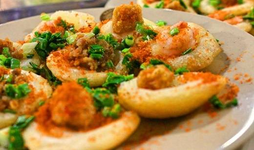 Con đường Cao Thắng nổi tiếng với nhiều quán ăn vặt đa dạng, ngon và giá cực dễ chịu. Bánh khọt Cao Thắng cũng là một trong số những món được ưa thích nhất… (Nguồn: Internet)