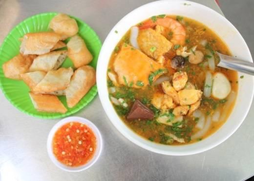Hầu như ở quận nào của Sài Gòn cũng có món bánh canh cua nhưng riêng quán tại đường Võ Văn Tần rất đáng để bạn thử, nhất là trong mùa mưa lành lạnh như gần đây. Chỉ cần nhìn màu đỏ của nước lèo, thịt cua, tôm là đủ thấy ấm áp rồi. (Nguồn: Internet)