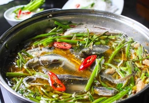 """Món lẩu """"con cưng"""" vùng sông nước hút hồn người Sài Gòn bởi phần nước lẩu đậm đà tuy hơi ngọt do ảnh hưởng khẩu vị của người miền Tây. Những con cá kèo nho nhỏ nhưng lại là chìa khóa mang đến vị ngon tự nhiên khó cưỡng cho món lẩu, cùng dĩa rau xanh, giòn hấp dẫn. (Nguồn: Internet)"""