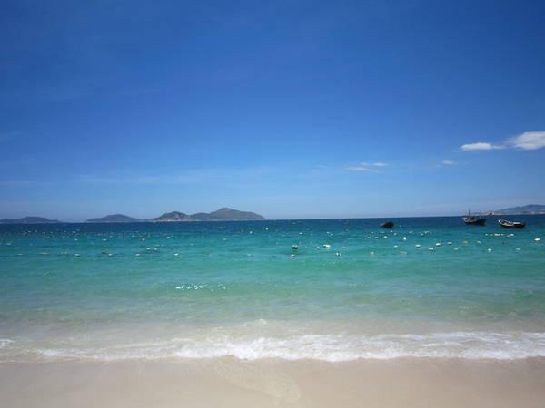 11.Bãi Ngang – Bình Lập: là bãi biển nằm phía trước Villa Đảo Hoa Vàng. Vì đặc điểm nước trong và sạch nên bãi này người dân giăng rất nhiều lưới để nuôi tôm.