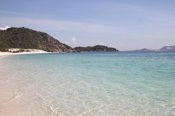 13.Bãi Cồn – Bình Lập: thuê tàu ra bãi Cồn bạn sẽ thấy nơi này đúng chất hoang sơ, không một bóng người, nước trong vắt, cát trắng tinh. Đây cũng là nơi được nhiều người so sánh là Maldives của Việt Nam.