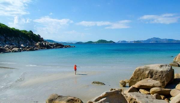 16.Bãi Nước Ngọt: là một bãi biển với phía bên ngoài là biển và bên trong là một hang đá với nước ngọt. Biển ở đây được cho là đẹp nhất vùng Tứ Bình với nước trong vắt, cát trắng mịn bên những gồ đá có hình hài độc đáo, thậm chí bạn có thể thấy được những sinh vật bơi dưới dòng nước rất thú vị.