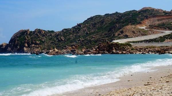 2.Bãi Chướng – Bình Ba: nằm cách cầu cảng chừng 30 phút đi bộ. Đây là bãi biển duy nhất trên đảo ngắm được bình minh.