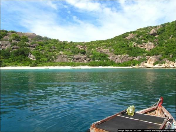 5. Bãi Bồ Đề - Bình Ba: nằm xa hơn bãi Nhà Cũ khoảng 10 phút chạy tàu. Đến với Bãi Bồ Đề bạn sẽ thật sự choáng ngợp bởi vẻ hoang sơ và trong xanh của nó. San hô ở đây cũng đa dạng và nhiều màu sắc hơn, những rạn san hô nằm thành tảng rất lớn ngay dưới chân du khách.