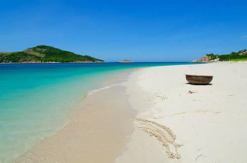 7.Bãi Kinh – Bình Hưng: nước ở đây được cho là trong nhất đảo Bình Hưng. Biển không quá sâu, thoai thoải nên rất thích hợp để cả gia đình vui chơi trên biển.