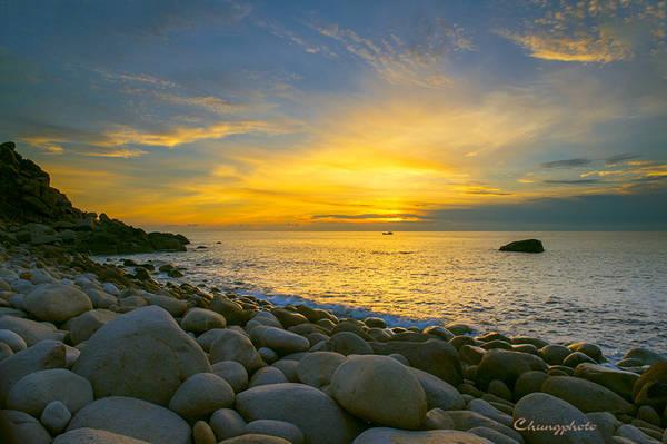 8.Bãi Đá Trứng – Bình Hưng: Bãi Đá Trứng có nhiều đá nên không an toàn cho tắm biển ở bãi này nhưng những hòn đá khổng lồ, tròn và to như trứng khủng long sẽ thích hợp cho các bạn yêu thích chụp ảnh thiên nhiên.