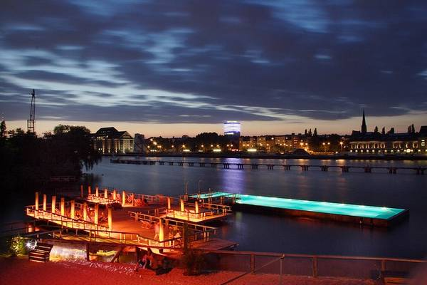 2. Badeschiff Poll là một trong những quán bar bãi biển tuyệt vời nhất ở Berlin và là một biểu tượng của thành phố hiện đại và sáng tạo. Bên cạnh những chiếc bàn gỗ, quầy bar và DJ, đặc điểm độc đáo nhất của Badeschiff là một bể bơi công cộng, nổi trên sông Spree.