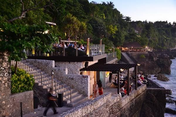 3. Rock Bar được coi là một trong những nơi tốt nhất để thưởng thức đồ uống ở Bali.