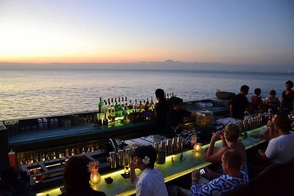 Quán bar được xây dựng trên một sườn đá phía trên Ấn Độ Dương.