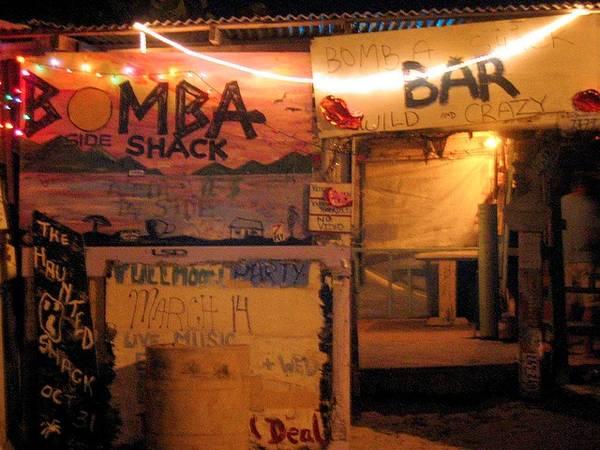 4. Bomba's Surfside Shack ở Tortola: Quán bar này được làm từ những cột điện thoại cũ và các loại gỗ tái chế khác.